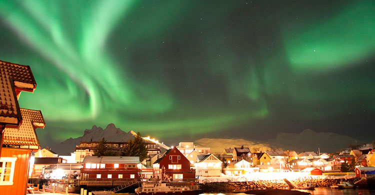 Nordlys i norsk by
