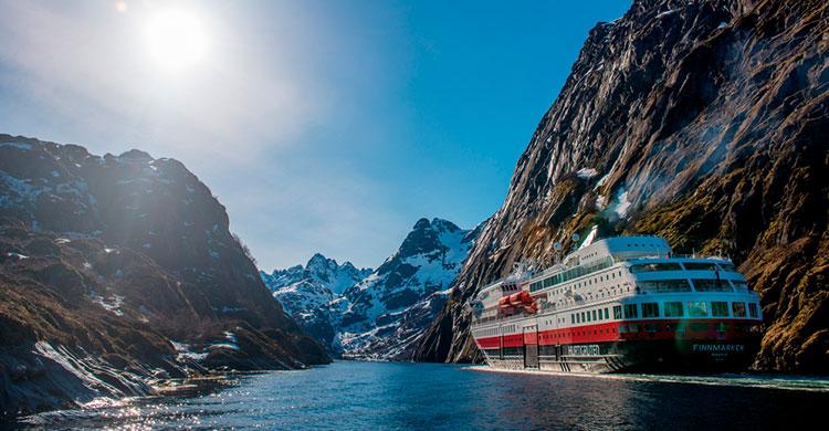 Hurtigruten i norsk fjord